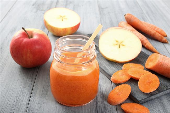 6. DETOX JUICE: TOKSİNLERDEN ARINDIRIYOR   Malzemeler: 1 adet kereviz sapı, 2 adet havuç, yarım elma, 1 adet portakal, 1 santim zencefil, buğday, 30 ml çimen suyu   Hazırlanışı: Kereviz sapı, havuç, elma ve zencefil kökünü katı meyve sıkacağında  sıkın. Portakalın suyunu çıkarın. Şimdi tüm malzemeyi blenderden geçirdikten sonra bardağa dökün, karışıma çimen suyunu da ekleyin.   Kaç kalori: Bir bardak ortalama 140 kalori   Nasıl etki ediyor: Çimen vücuttaki toksik maddeleri nötralize ediyor. Beta karoten deposu olan havuç vücuttan toksin atımına destek veriyor. Elma, portakal ile zencefil de kanı temizliyor ve vücuttan toksinlerin atılmasını sağlıyor. Elma aroması buğday ve çimen suyunun içimini kolaylaştırıyor.