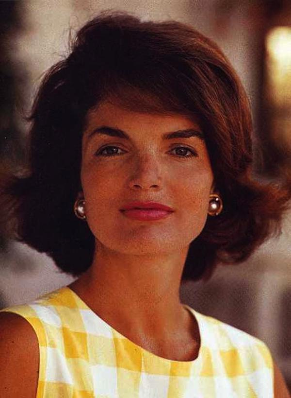 Jackie O Kabarık Küt Saç modeli  Jacki O'nun kabarık küt saç modelinden daha ikon bir saç modeli olmuşmudur? Saç tarzıyla hala günümüzde trend kalmayı başarıyor.