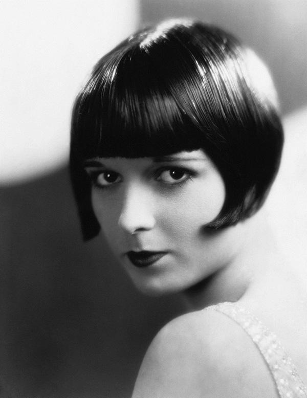 Louise Brooks Açısal küt saç kesimi  Açısal küt saç kesimi 1920'lerin en kült trendiydi ve Louise'in göz kamaştırıcılığyla ölümsüzleşti. Tarihin en çok tekrarlanan saç trendlerinden birisi olduğunu hatırlatalım