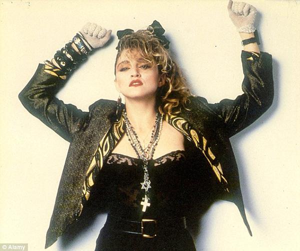 Madonna Scrunchie Saç Modeli  Top 50 saç modeler listesinin yarısını Madonna'yla doldurabilirdik aslında. Gelmiş geçmiş en büyük 3 efsaneden biri olarak gösterilen Madonna, yarattığı saç trendleriyle bile bunu hak ettiğini kanıtlar gibi.