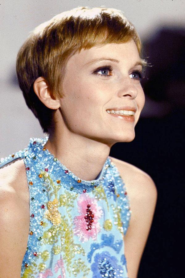 Mia Farrow Çok kısa kesim saç  Aşırı kısa kesimine rağmen, bu saçla kadınsılığını doruğa çıkarmış Mia. Yine kısa saç severlerin üzerine düşünmesi gereken bir saç modeli.