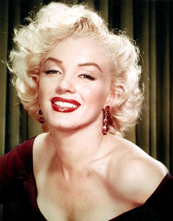 Marylin Monroe Marylin Saç Modeli  Birçok otoriteye göre gelmiş geçmiş en güzel kadın seçilen Marylin'in saç tarzıda hiç ölmeyen ve sonsuza dek yaşayacak bir efsane.
