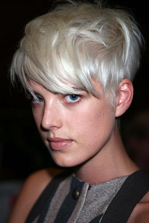 Agyness Deyn Kısa platin sarısı saç  Punk'ın prensesi Agyness Deyn kendi trendinin ikonu olarak tarihe geçti. Minimum makyaj ve açık renk saçlarla bundan daha cool bir görünümün zor olduğu kesin. Punk severler tekrar düşünsün.
