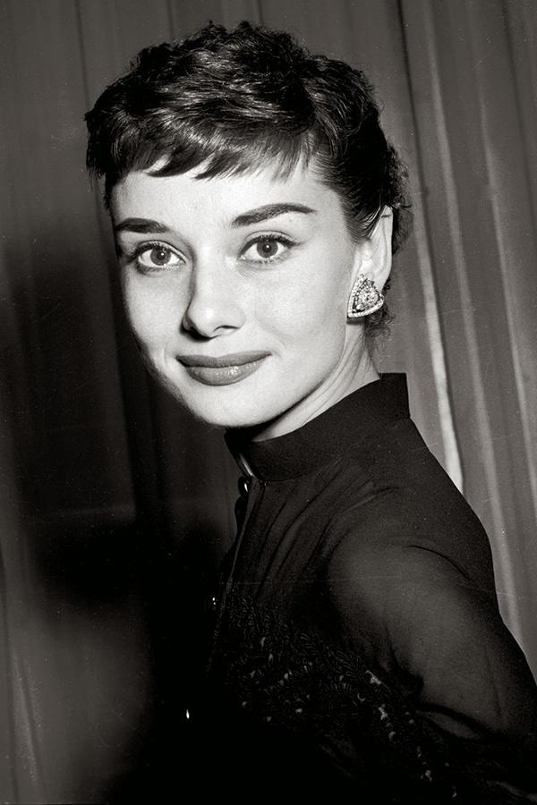 Audrey Hepburn Pixie saç modeli  Kısa saçla bundan daha kadınsı ve sexisi imkansız. Audrey Hepburn peri kesimi saçını ince kaşlar ve koyu renk rujla güzelce süslemiş. Nostaljiden vazgeçmek istemeyenler için en iyi tercih!
