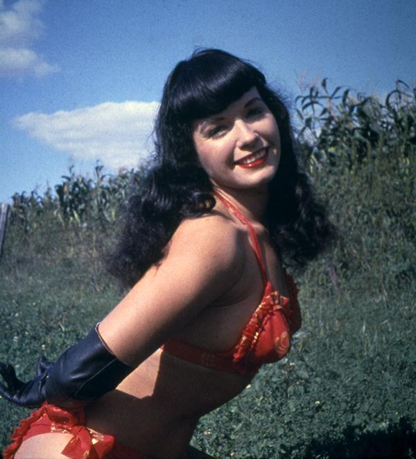 Bettie Page Kuzgun Dalgalı ( raven waves ) Kakül Saç Modeli  Pin-up akımının kült ikonu Bettie'nin, kuzgun dalgalı ve kakül kesimi saç modeli günümüze kadar defalarca  kopyalanmış modellerdendir. Ne kadar nostaljikte olsa hala çok çekici!