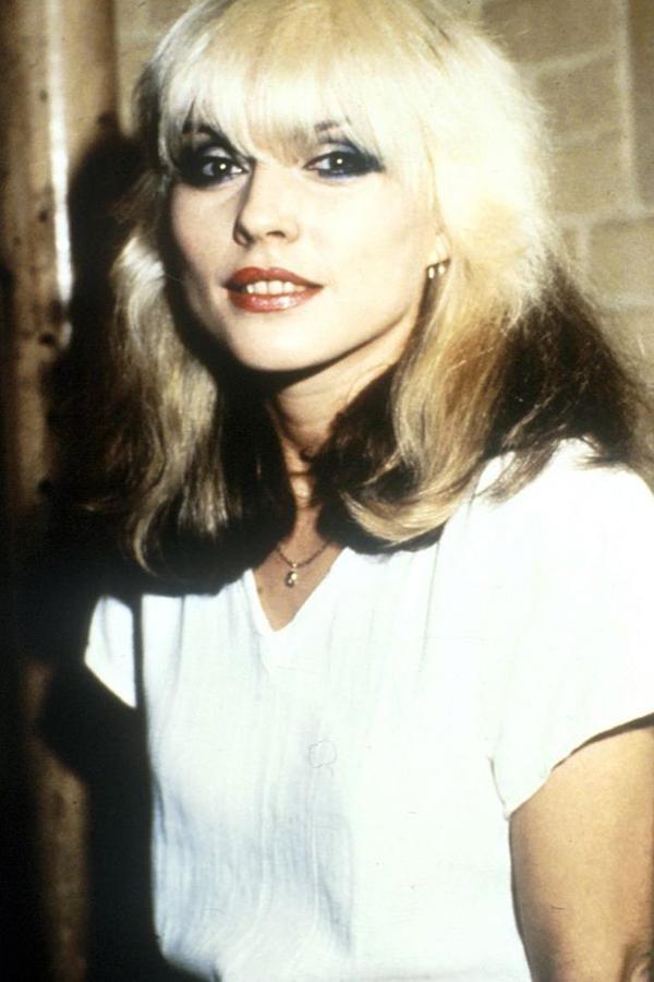 Debbie Harry Kaküllü - Sarışın Modeli  Debbie'nin 70'lere biraz punk ışıltısını kattığı çok açık. Saç modelinin de ölümsüz olduğu ortada.