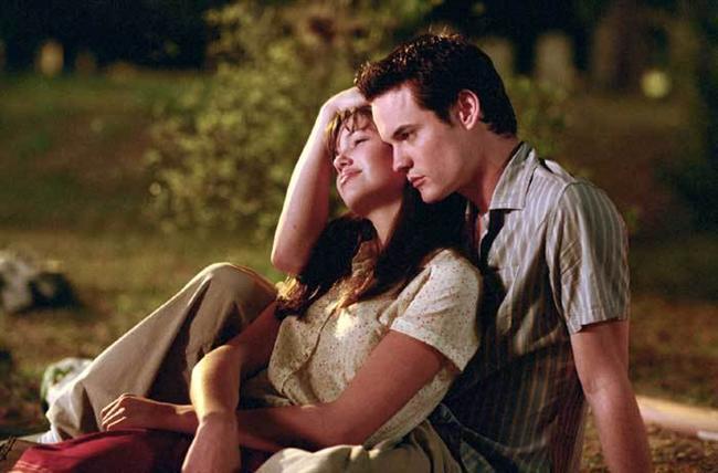 22. Uzaktaki Anılar / A Walk to Remember (2002)  Çinde bulunduğu çetenin başı belaya girince Landon Carter (Shane West), bir anda kendini okul tiyatrosunda sahnelenecek bir oyunun içinde bulur. Burada karşılaşacağı sessiz ve kendi halinde bir kız olan Jamie'ye (Mandy Moore) aşık olması ise tüm hayatını tümüyle değiştirecektir.