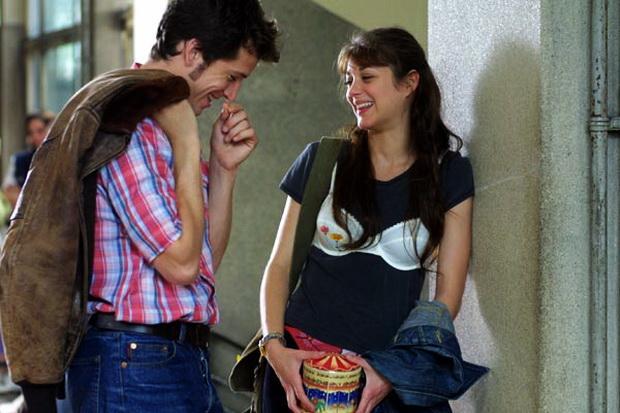 15. Cesaretin Var mı Aşka? / Jeux d'enfants (2003)  Annesi kanser ve ölmek üzere olan Julien ve göçmenliğin zorluğu ile başa çıkmaya çalışan Sophie arasında özel bir bağ vardır. Bu bağ oynadıkları cesaret oyunu sayesinde güçlenmektedir. Oyun icabı her biri sırasıyla, diğerine cesaret gerektiren, sınava sütyenle gitmek, okulun en sert çocuğunu tokatlamak gibi, zorlu görevler vermektedir. Zamanla hayatın zorlukları da bu oyunun bir parçası haline gelmektedir. Bu oyun iki arkadaş arasında büyük bir aşkı alevlendirirken aynı şekilde birbirlerine kavuşmalarınada engel olmaktadır.
