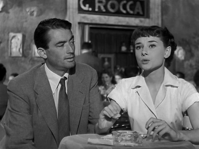 11. Roma Tatili / Roman Holiday (1953)  Saray protokollerine göre yaşamak zorunda olan Prenses Ann, Avrupa turunun yoğun temposundan sıkılmış, Roma'ya geldiklerinde nihayet yaşı gereği neşeli ve çılgın günler geçirmek istediğini kendine itiraf edebilmiştir. Bir gece çılgınlık yapıp kimseye haber vermeden saraydan ayrılan Prenses, bir bankta uyuyakalır. Genç kadının şansı yaver gider ve yardımsever bir adam onu kendi evine götürür; ancak bu durum genç kadına pahalıya patlayacaktır. Ülkenin en gözü açık gazetecilerinden biri olan Joe Bradley'in evinde kalan Prenses Ann, büyük bir habere manşet olmak üzeredir.