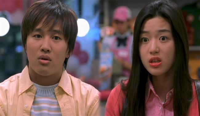 5. Hırçın Sevgilim / My Sassy Girl (2001)  Kolej öğrencisi Kyun-woo(Tae-hyun Cha) bir akşam eve dönüşünde metroda çok güzel ama bir o kadar da sarhoş bir kıza(Ji-hyun Jun) rastlar. Kız metro hattının kenarında ayakta zor durmaktadır ve Kyun-woo onu trenin önüne düşmekten kurtarır. Bindikleri trende kız baygın düşmeden önce en son Kyun-woo'a laf attığı için yolcular onun kız arkadaşı olduğunu düşünürler. Yolcuların suçlayıcı bakışları üzerine Kyun-woo kızın sorumluluğunu almak ve onu bir motele kadar taşımak zorunda kalır.