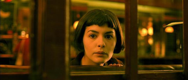2. Amelie / Le fabuleux destin d'Amélie Poulain (2001)  Çok garip bir anne baba tarafından büyütülen Amelie, gündüzleri Paris'te bir kafede garson olarak çalışırken akşamlarını küçük apartman dairesinde yalnız olarak geçirmektedir. Hiçbir arkadaşı ve hayattan beklentisi olmayan bu utangaç ve sevimli genç kadının hayatı kısa zaman içinde değişmek üzeredir. Banyosunda yıllar öncesinden kalma bir kutu bulan Amelie, sahibini bularak kutuyu ona verir. Böylece çevresindeki insanlara yardım ederek yaşamlarını iyileştirmeye karar verir. Bu arada karşılaştığı Nino adlı bir adamdan çok hoşlanır ama onunla konuşmaya cesaret edip kendi hayatını da değiştirebilecek midir?