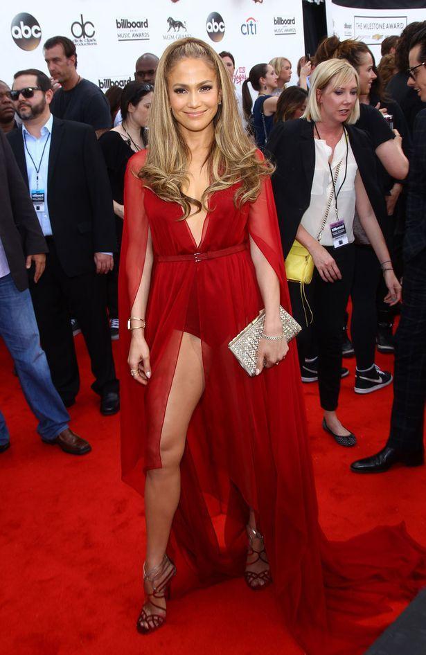 Jennifer Lopez  Derin yırtmaçlı abiye elbiseler bu sezonun trendleri arasında. Kadınların özel günlerde tercih ettiği bu elbiseler dekolte seven bayanların gözdesi. Davetlerde iddialı olmak isteyen kadınlar yırtmaç dekoltesi ile karşımıza sıkça çıkıyor.   Bacaklarına güvenen ünlüler de bu elbiseleri tercih ediyor, seçimleriyle oldukça seksi görünüyorlar. Sizce de öyle değil mi?
