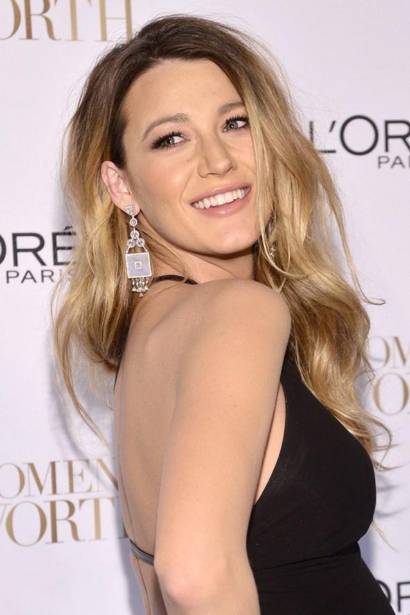 Bu senenin saç trendi olan ombre ile tanışmaya ne dersiniz? Saçlara doğal bir ışıltı veren ombre, ünlüler başta olmak üzere pek çok kadın tarafından tercih ediliyor.  Ombre, saçlarının rengini değiştirmek isteyenler için en akılcı çözüm. Saçlarınızın ışıl ışıl parlamasını istiyorsanız bu işlemi yaptırabilir, canlılığını yitirmiş olan saçlarınıza parıltı katabilirsiniz.   Blake Lively