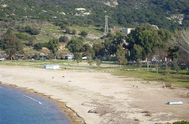 13. Acar Camping Eski Foça (İzmir)  Aranızda Rock-a Festivali'nden bilenler olacaktır Acar Camping'i. Gayet hoş, düzgün bir yer. Ağaçlık alan ve tertemiz denizi ile kafa dinlemek için uygun kamp alanlarından birisi kısaca. Çadır ve karavan kampı için uygun olan bu alana en yakın havaalanı İzmir Adnan Menderes Havaalanı.