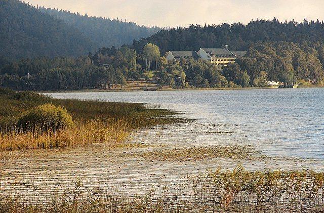 4. Abant Kamp Alanı (Bolu)  Yemyeşil ağaçlar ve göl manzarası ile ruhunuzu arındıracak bir yer burası. Abant Gölü çevresindeki Örencik yaylasında rahatlıkla kamp yapabilirsiniz, hem günübirlik gelenlerin sorularına maruz kalmazsınız hem de biraz daha kafanız rahat eder. Yaz olsa bile yanınızda kalın bir şeyler bulundurmakta fayda var. En yakın havaalanı 230 km ile Ankara Esenboğa Havaalanı.