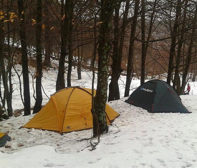 1. Ödemiş Bozdağ Kamp Alanı (İzmir)  İzmir'de kışın karlar altında, soğuk havada ormanda kamp yapmak isterseniz burası tam sizlik. Şahsen kışı yazdan daha çok sevdiğimden her kış buraya gelmeye çalışırım ve koca orman içinde kış kampını herkese öneririm, tabi daha fazla malzeme anlamına da geliyor bu. Yazın ise İzmir'in bunaltıcı havasından kurtulup orman havasını içine çekmek isteyenlere birebir. Ayrıca Bozdağ kasabasına gelmişken sucuk ekmek yemeyi ve eski lokantada da yemek yemeyi ihmal etmeyin fena üzülürsünüz. Ödemiş'ten ulaşılan Bozdağ Kasabası'na en yakın havaalanı 115 km ile İzmir Adnan Menderes Havaalanı.