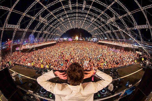 20. Electric Daisy Karnavalı - Las Vegas  EDC olarak da bilinen bu karnavala 2014 yılında tam 400,000 kişi katıldı ve doyasıya eğlendi. Birbirinden ilginç görsel şovların ve herkesi gece boyu dansa sürükleyen mükemmel konserlerin gerçekleştiği karnaval 3 gün sürüyor ve Las Vegas'ın en renkli günlerini geçirmesine neden oluyor.  (Onedio)