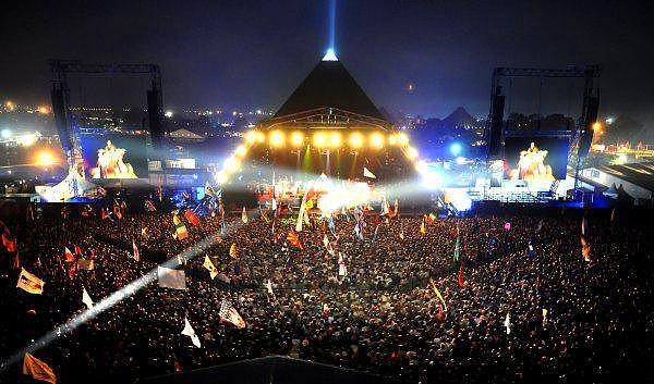 12. Glastonbury Festivali - Pilton  Dünyanın en büyük yeşil alan festivali olan Glastonbury, İngiltere'nin Somerset bölgesinde bulunan Pilton'da gerçekleştiriliyor ve her yıl 175,000 civarında ziyaretçiyi ağırlıyor.