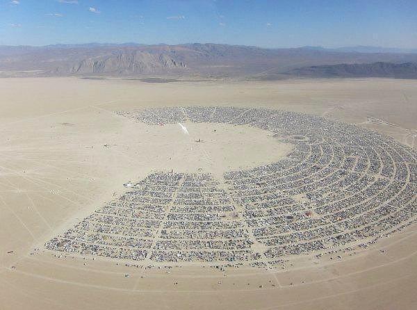 16. Burning Man - Nevada  Burning Man bir hafta süren ve Nevada'da bulunan Black Desert Çölü'nde gerçekleştirilen bir festival. Sıradan bir festival olarak başlayan Burning Man, günümüzde deneysel ve ruhani aktivitelerin gerçekleştiği bir etkinlik. Radikal bireysel ifade, sanat, topluluk ve kişisel güven kavramlarının altının çizildiği bu festivale 2014 yılında 65,000 kişi katıldı.