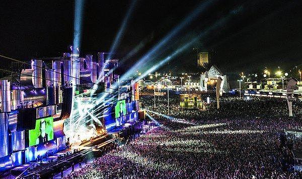 5. Rock in Rio - Brezilya  İlk olarak Brezilya'da başlayan Rock In Rio, 2015 yılında aralarında Las Vegas'ın da bulunacağı 5 farklı konumda gerçekleştirilmekte. Milyonlarca insanın katıldığı bu renkli festival görsel şovları ve elektronik müzikleriyle dikkat çekiyor.