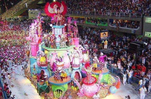 8. Rio Karnavalı - Rio de Janerio  Dünyanın en büyük karnavalı olan Rio Karnavalı paskalya perhizinden hemen önce gerçekleştiriliyor ve günlük 2 milyonun üzerinde ziyaretçiye ev sahipliği yapıyor. Müzik, dans, geleneksel yemekler ve doyasıya eğlencenin bir araya geldiği bu renkli günler, tüm dünyadan büyük bir ilgiyle izleniyor.