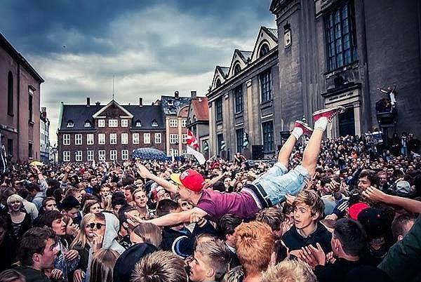 14. Distortion - Kopenhag  Danimarka'nın başkenti Kopenhag'da her haziran ayının ilk haftası gerçekleştirilen bu festivale günlük 100,000'den fazla insan katılıyor. Gezici bir festival olan Distortion, hafta boyunca her gün farklı bir konuma taşınıyor ve bu özelliği ile Avrupa'nın en ünlü festivallerinden biri haline gelmiş durumda.