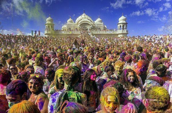 11. Holi - Hindistan  Antik bir Hindu festivali olan Holi, dünya çapında 'renklerin festivali' olarak da biliniyor. Mart ayında binlerce insanın bir araya gelmesiyle gerçekleştirilen bu festival Hindistan, Nepal ve diğer Hindu bölgelerinde kutlanıyor. Bu kutsal günde bir araya gelen insanlar aşk, kahkaha, müzik ve içkinin tadına hep beraber varıyor.