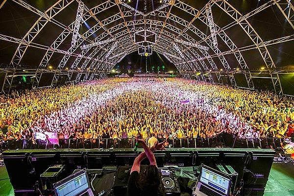 15. Coachella - Indio  Amerika Birleşik Devletleri'nde gerçekleşen en ünlü müzik festivallerinden bir tanesi olan Coachella ilk olarak 1999 yılında gerçekleştirilmişti ve o günden bugüne büyüyor. Bu müzik festivaline 2014 yılında 90,000 kişi katıldı.