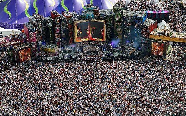 3. Tomorrowland - Boom  Belçika'nın Boom kentinde gerçekleştirilen Tomorrowland dünyanın en büyük elektronik müzik festivali olarak kabul ediliyor. Her yıl temmuz ayında bir hafta sonu boyunca verilen konserlere 200,000'den fazla insan katılıyor ve elektronik müziğin ruhuna kendilerini teslim ediyorlar.