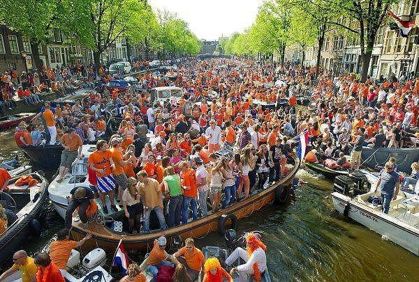 9. King's Day (Kralın Günü) - Amsterdam  Hollanda kralının doğum gününü kutlamak amacıyla her yıl 27 Nisan tarihinde binlerce insan Amsterdam sokaklarına akın ediyor ve doyasıya eğleniyor. Her yıl 1 milyon kişinin katılımıyla gerçekleştirilen bu kutlama dünyanın en renkli festivallerinden birisi haline gelmiş durumda.