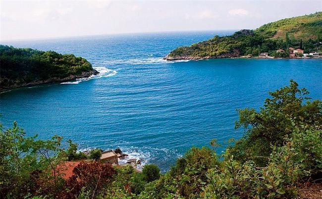 Yatçılar elbet bir gün keşfedecek: Gideros  Batı Karadeniz'in doğa harikası en güzel koylarından biri olan Gideros Amasra – Cide Sahil Yolu ve Kastamonu il sınırları içinde. Çevresi yemyeşil dik dağlarla çevrili kestane, kayın, meşe, çam ve şimşir ağaçlarıyla çevrili olan koy sakin suları ile de bir gölü andırıyor. Gideros'a tekne ile gidildiği gibi kara yoluyla da ulaşmak mümkün