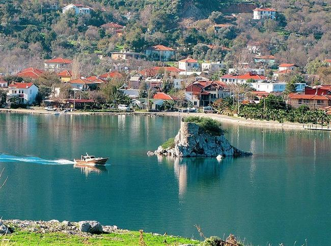 Bir doğa harikası: Selimiye  Bodrum ve Marmaris yakınlarındaki Bozburun Yarımadası'nın batı kıyısında bir doğa harikası. Orhaniye'den 10, Turgut ayrımından 7 kilometre uzaklıkta bulunan Selimiye, Bodrum-Marmaris arasında seyreden mavi yolculuk teknelerinin uğrak yerlerinden biri.
