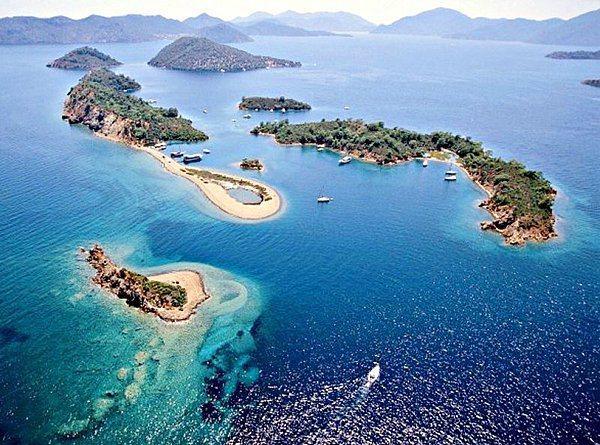 Su sporları için ideal ve çok elverişli: Yedi Adalar   Doğal güzelliğiyle ünlü ve mercan kayaları ile çevrili olan Yedi Adalar,Gökova'ya tekne ile yapılan mavi yolculukların en güzel uğrak noktalarından biri. Yazın meltem rüzgarını alıp Çam ormanlarıyla çevrili. Yürüyüş yapabilir, yüzüp dalabilir ayrıca yelken sporları içinde çok müsait.