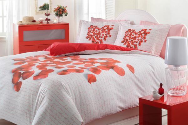 Sevgililer Günü için yatak odası dekorasyonunda mumlardan faydalanabilirsiniz. Mumlar, samimi duyguları uyandırır, ayrıca loş ve romantik bir ortam yaratır. Odayı kırmızı mumlarla süslemek sizce de hoş bir fikir değil mi?