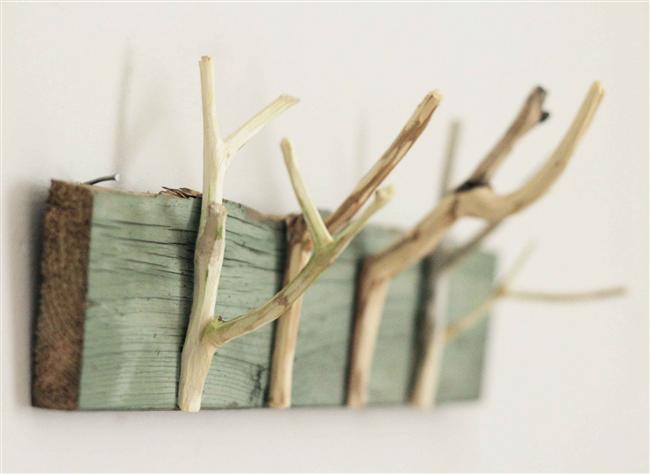 15. Bir parça odun ve çekmece tutamağından yapabileceğiniz askılar, takı tutucular.