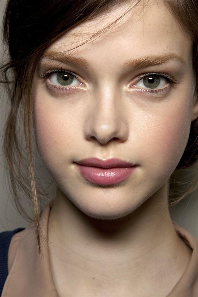 3. aşama:  Göz kapaklarınıza uçuk renklerde (toprak veya soft pembe) far uygulaması yapın. Doğal bir görünüm için kirpiklerinize tek kat maskara sürün.
