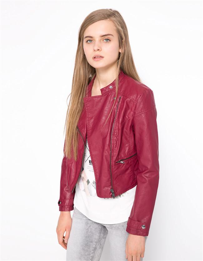 Vazgeçilmez Deri Ceket  Birkaç sezondur vazgeçemediğimiz deri ceketler hem şık hem de spor bir görüntü elde etmemizi sağlıyor.  Bershka ceket – 99,95 TL