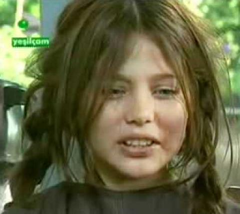 Burçin Abdullah, yıllar önce ekranın en çok gözyaşı döken çocuklarından biriydi. Üvey Baba dizisinde acılı bir hayatı vardı. Sonra uzun süre sesi çıkmadı. Önce Fatmagül'ün Suçu Ne dizisinde oynadı. Abdullah son dönemde sinemaya ağırlık verdi.