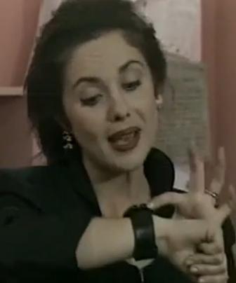 Gülşen Abi dizisinde Şimşek'in rol arkadaşı olan genç kadın da tanıdık bir yüz. Ali Poyrazoğlu ve ekibinin yer aldığı Kim Bunlar ile tanınan Açıkalın da gençlik yıllarında Gülşen Abi dizisinde oynamıştı. Aynı zamanda edebiyat dünyasında da adını duyurdu. Nilüfer Açıkalın, TV'nin yanı sıra sinema filmlerinde de oynadı. Son dönemde ise bir yazar olarak da tanınıyordu.