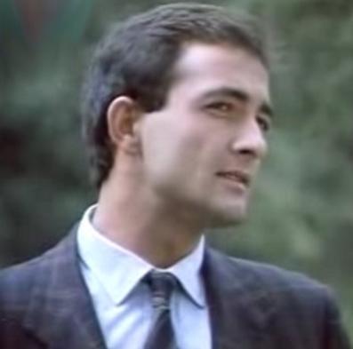 Peki bu gencecik yakışıklıyı tanıdınız mı.. Bu da Mehmet Aslantuğ'un yıllar önce rol aldığı ve kendisini TV seyircisine tanıtan İz Peşinde adlı diziden bir kare. Daha önce Belene ile büyük bir çıkış yapan Aslantuğ, o zamanlar 20'li yaşlarının sonundaydı. Aslantuğ, son olarak Ben Onu Çok Sevdim dizisinde oynadı. Aslantuğ, Türkiye'nin zamana en iyi direnen aktörlerinden biri.
