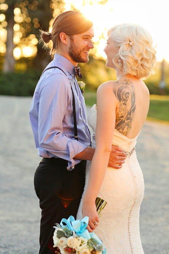 Çoğu gelin, düğün günlerinde dövmelerini makyajla kapattırmayı tercih ederken, dövmesini sergileyen gelinlerin sayısı da giderek artmakta. Sizi bilmem ama, bence çok güzel gözüküyor!