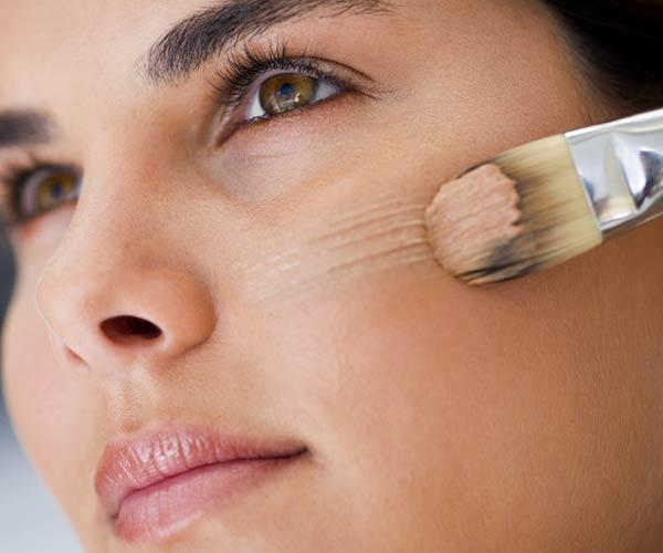 1. Cilt renginize uygun bir fondöteni yüzünüze uygulayın. Fondötenin daha kolay yaymak adına sentetik kıllı fırçalardan kullanmanız mümkün. (60 saniye)