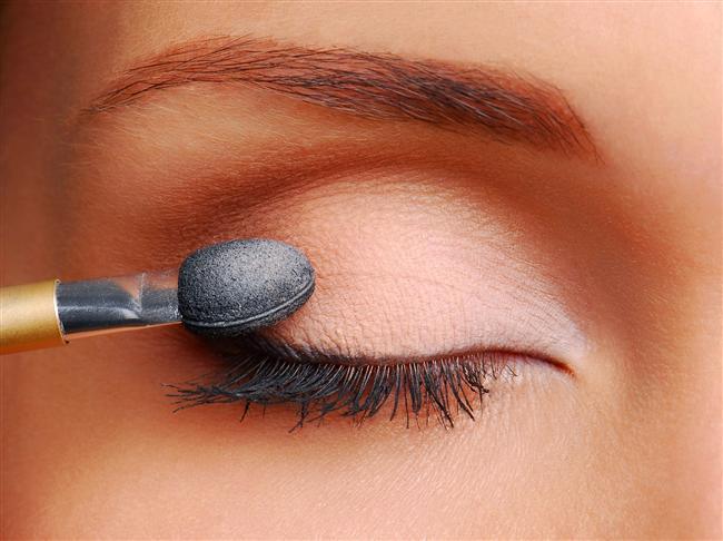 3. Göz renginize uygun bir far seçin ve bu farı fırça ile çizgi çizgi kalmaması için iyice göz kapağınıza yaydırın. (30 saniye)