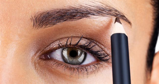 """8. Son olarak kaş renginize uygun bir kalemle kaşlarınızı belirginleştirin. (30 saniye)  <a href= http://foto.mahmure.com/guzellik/15-sipsak-makyaj-taktigi_40247 style=""""color:red; font:bold 11pt arial; text-decoration:none;""""  target=""""_blank""""> 15 Şipşak Makyaj Taktiği"""