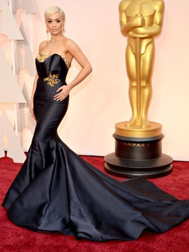 RITA ORA  En etkileyici kırmızı halı şıklarından biri de Rita Ora'ydı. Uzun kuyruklu elbisenin markası Marchesa.