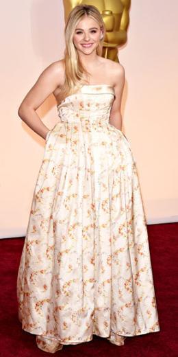 CHLOË GRACE MORETZ  18 yaşındaysanız Oscar kırmızı halısında her türlü riski almaya cüret edebilirsiniz. Dantellerle süslenmiş bu Miu Miu çiçekli elbiseyi bir tek Chloe giyebilirdi. Risk aldığı kesin!