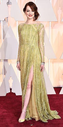 EMMA STONE  Gecenin en şık isimlerinden biri Emma Stone'du. Elia Saab elbisesi ve kısa topuklu Louboutin ayakkabılarıyla göz kamaştırıcı görünüyor.