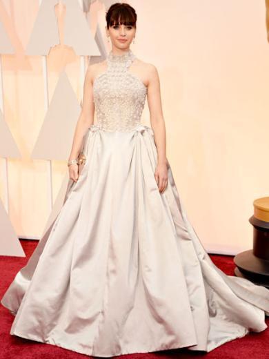 FELICITY JONES  'Her Şeyin Teorisi' filminin yıldızlarından Felicity Jones, Alexander McQueen elbisesinin içinde 'her şeyin ötesinde' muhteşem görünüyor.