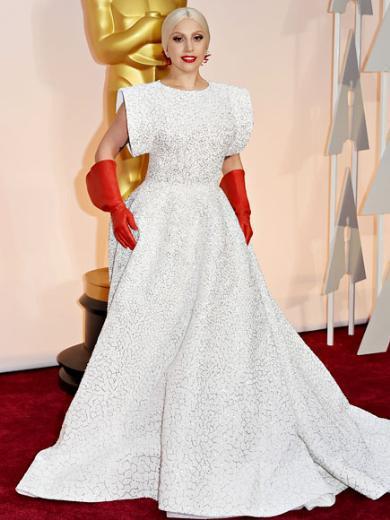 LADY GAGA  Bu bulaşık eldivenlerini ancak Lady Gaga takabilirdi! İster beğenin ister beğenmeyin; iddialı bir seçim olduğu kesin.