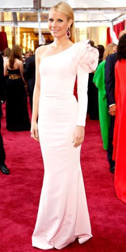 GWYNETH PALTROW  Bazıları bu elbiseyi 'çok şık'; bazıları ise 'aşırı ciddi' buldu. Ama herkesin hakkında konuştuğu kesin...